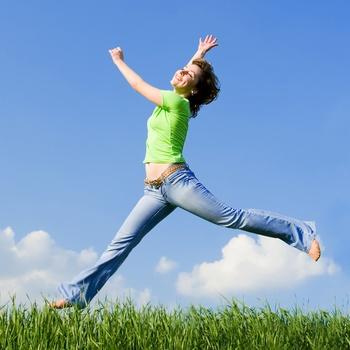vrouw maakt sprong